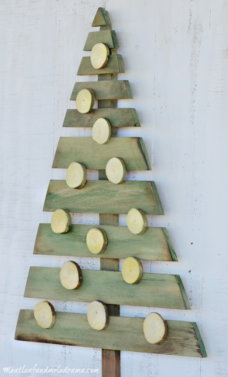 paintd wood pallet tree with wood slice ornaments - Wood Pallet Christmas Tree