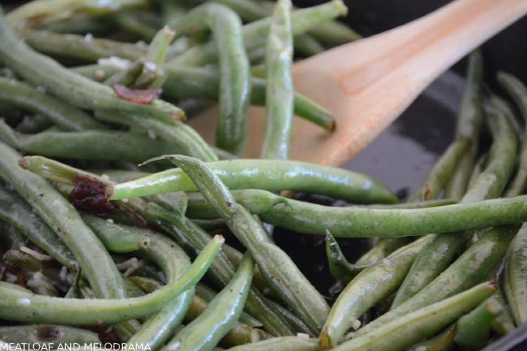 easy sauteed green beans with bacon in frying pan
