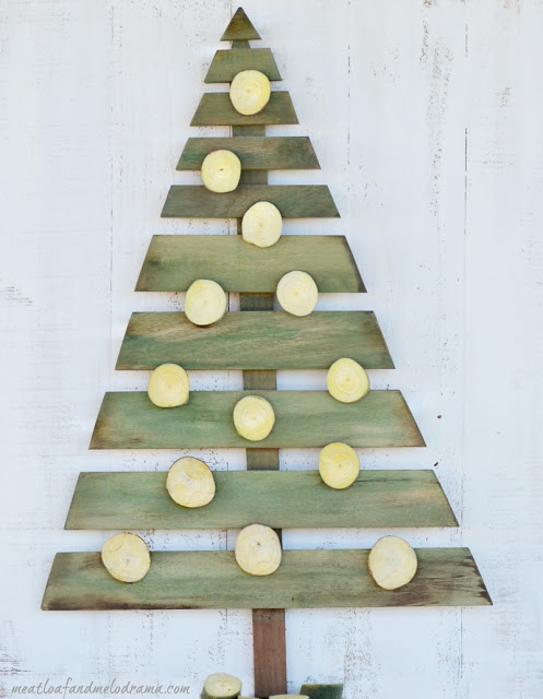 DIY-wood-pallet-Christmas-tree-with-wood-slice-ornaments