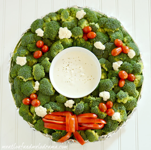 edible-christmas-wreath-appetizer-made-with-veggies-broccoli-tomatoes-cauliflower-peppers