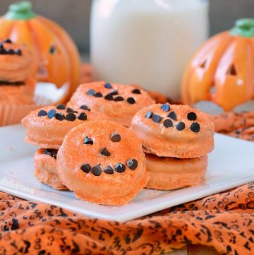 halloween oreo pumpkin treats made with candy melts and mini chocolate chips